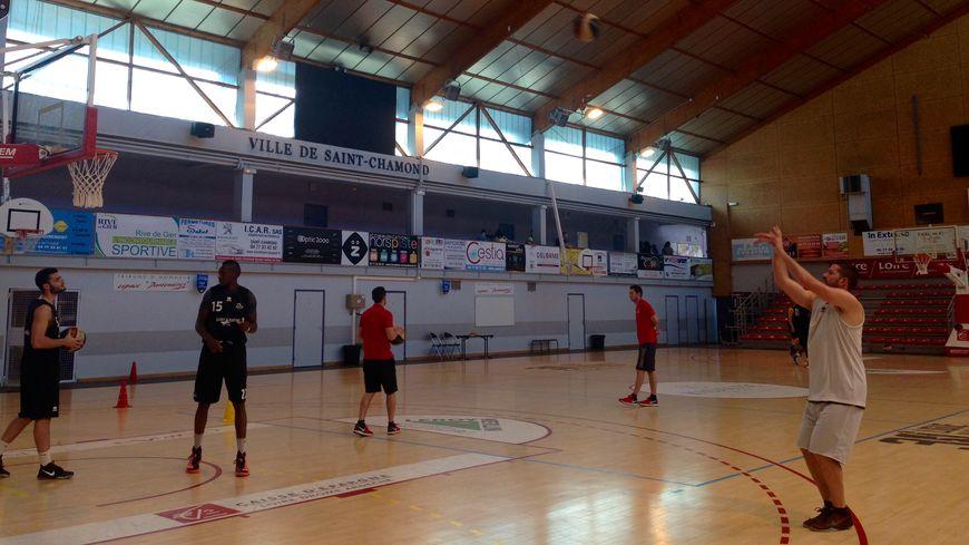 Les basketteurs de Saint-Chamond à l'entraînement à la Halle Boulloche