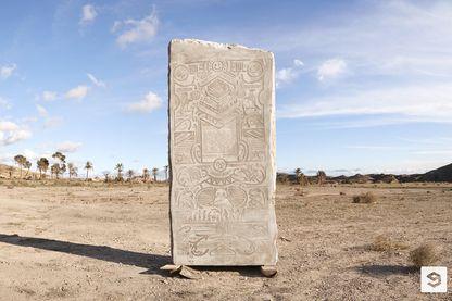 La stèle, sur laquelle sont représentés les grands buzz de ces 10 dernières années, est enterrée dans un lieu secret