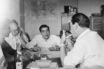 Réunion de travail à l'agence présidée par Robert Capa à Paris - 1947