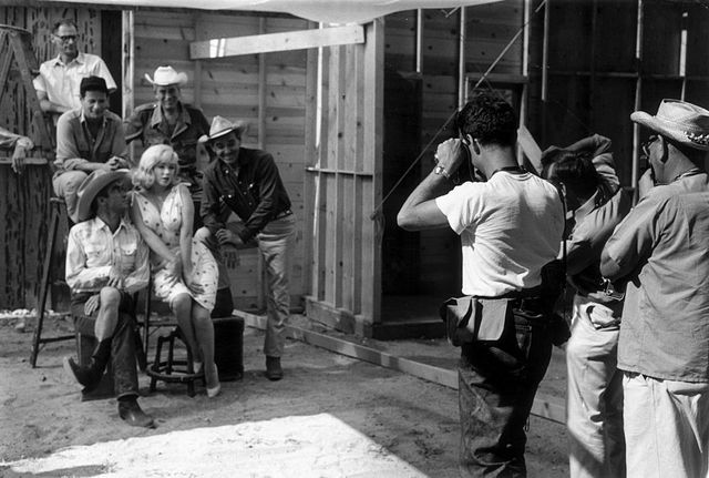 "Elliott Erwitt, photographe de l'agence Magnum, immortalise l'équipe de ""The Misfits"" : Arthur Miller, Eli Wallach, John Huston, Montgomery Clift, Marilyn Monroe et Clark Gable"