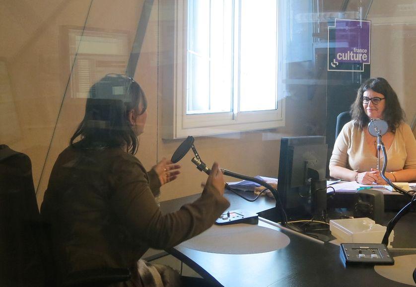 """France Culture, studio 152, de la cabine pendant l'émission... Claude K. Dubois, auteure de """"Bonhomme"""" & Aline Pailler, productrice (de g. à d.)"""