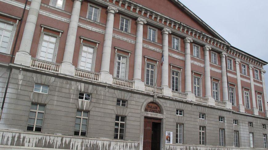 Ludivine Chambet est jugée pendant deux semaines par la cour d'assises de Savoie, pour l'empoisonnement de treize personnes