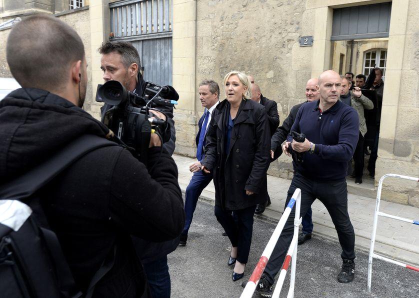 Marine Le Pen exfiltrée par une porte dérobée à la Cathédrale de Reims à cause d'une manifestation à l'entrée principale