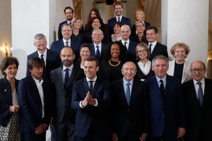 Le président français Emmanuel Macron et le Premier ministre Edouard Philippe posent pour une photo de famille après le premier entretien du cabinet au Palais de l'Élysée à Paris, en France, le 18 mai 2017.