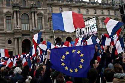 Le soir de la victoire d'Emmanuel Macron, le drapeau européen était présent au Louvre - le 7 mai 2017