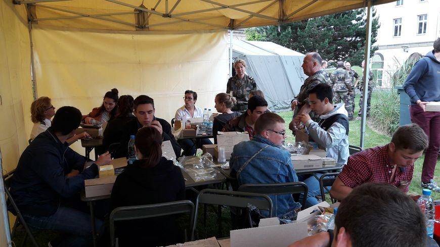 A l'occasion de leur Journée de défense et de citoyenneté, les jeunes ont pu partager la gamelle des soldats en mission