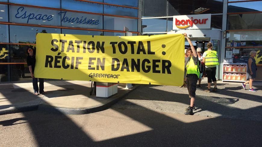Une dizaine de militants étaient présents ce samedi matin sur l'aire Porte de Corrèze.