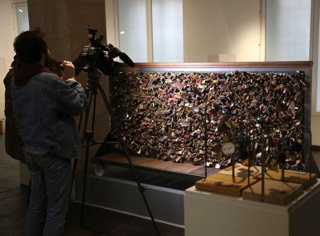 Sur chaque grille mise en vente, plusieurs centaines de cadenas.