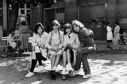 """Valerie Stano, Anne Guillard, Eleonore Klarwein et Diane Kurys sur le tournage de """"Diabolo Menthe"""" au Lycée Jules Ferry en 1977"""