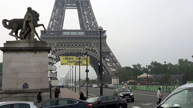 La banderole de Greenpeace sur la Tour Eiffel