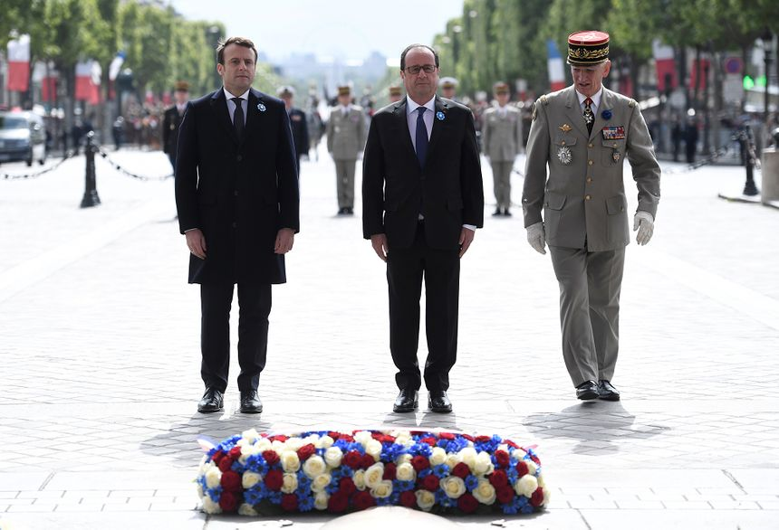 Emmanuel Macron et François Hollande devant la tombe du Soldat inconnu