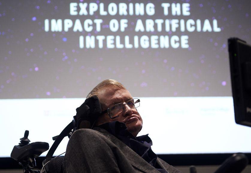 L'Université de Cambridge a créé en 2016 son Institut pour le futur de l'intelligence artificielle, ici Stephen Hawking lors d'une conférence de lancement en octobre 2016