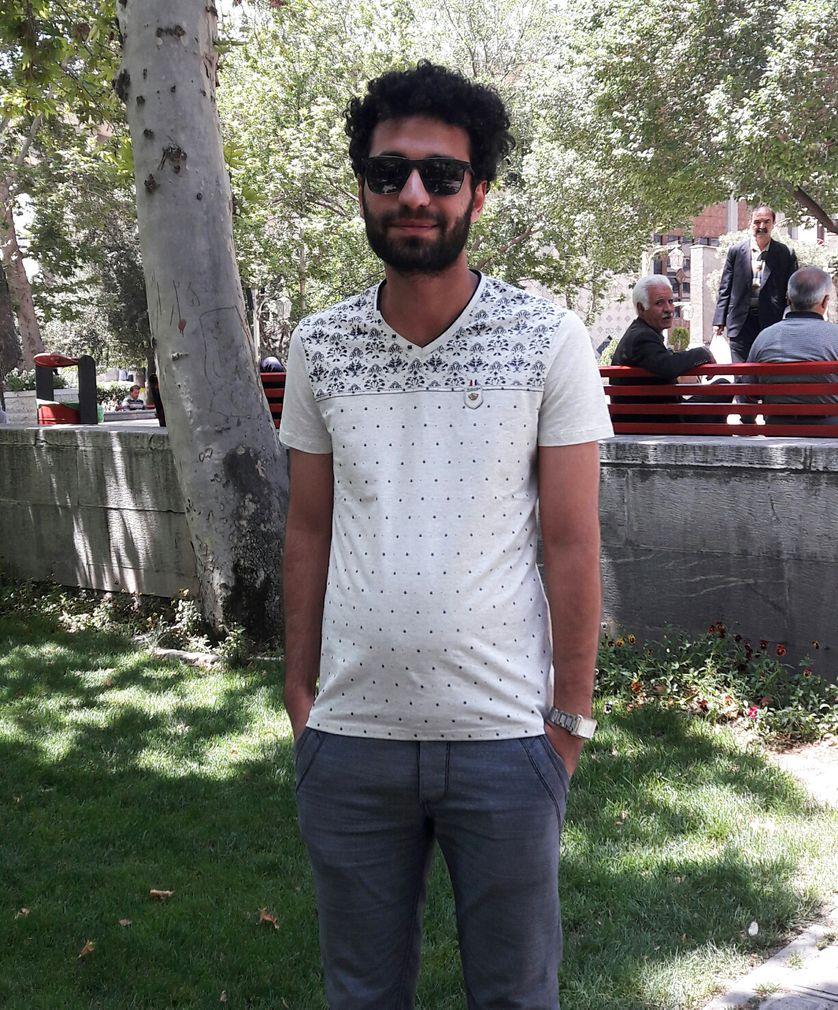 Alireza, 26 ans, a une licence d'architecture. Il a travaillé quelques mois avant de perdre son emploi et d'envoyer CV sur CV sans résultat