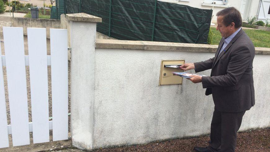 Alain Verdin, le patron du FN dans la Vienne met quelques tracts de sa candidate dans une boîte aux lettres.