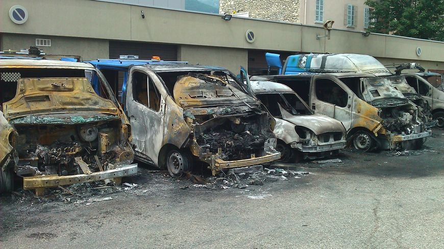 Onze véhicules incendiés sur le parking d'Enedis à Grenoble