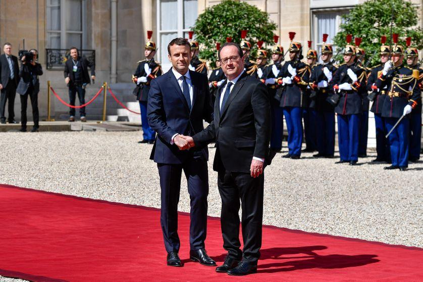 La poignée de mains entre Emmanuel Macron et François Hollande, au départ de ce dernier de l'Elysée