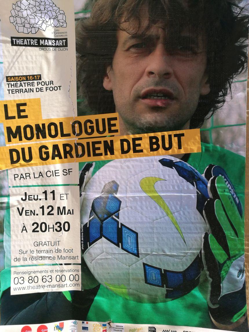"""Sébastien Foutoyet sur l'affiche de son spectacle """"le monologue du gardien de but"""", elles sont affichées un peu partout dans Dijon ces jours-çi, comme ici près de la gare SNCF"""