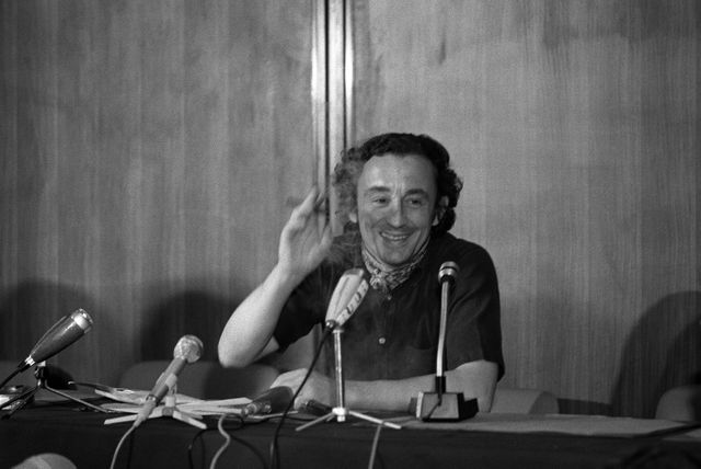 """Le réalisateur français Louis Malle donne une conférence de presse pour la présentation de son film """"Le Souffle au coeur"""" au festival de Cannes en mai 1971."""