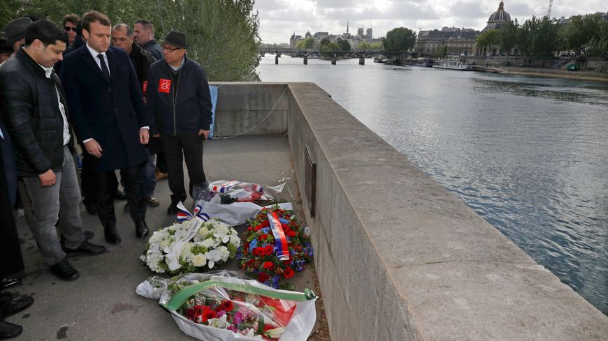 Emmanuel Macron devant la plaque qui commémore l'assassinat de Brahim Bouarram.