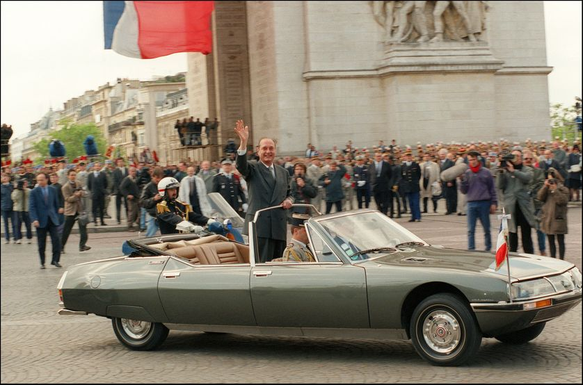 Jacques Chirac dans la Citroën SM Présidentielle le 17 mai 1995 à Paris, à l'issue de la cérémonie de son investiture.