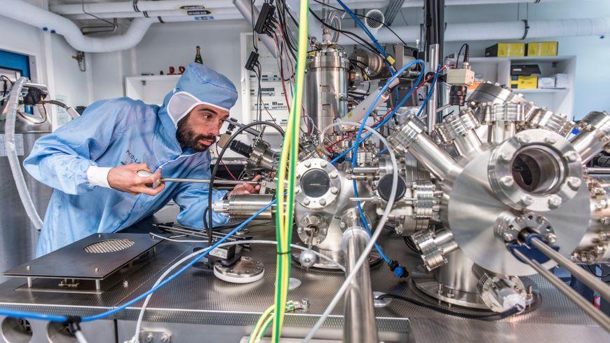 C'est grâce à ce microscope unique au monde que les équipes parviennent à déplacer, via une impulsion électrique, les nanobolides.