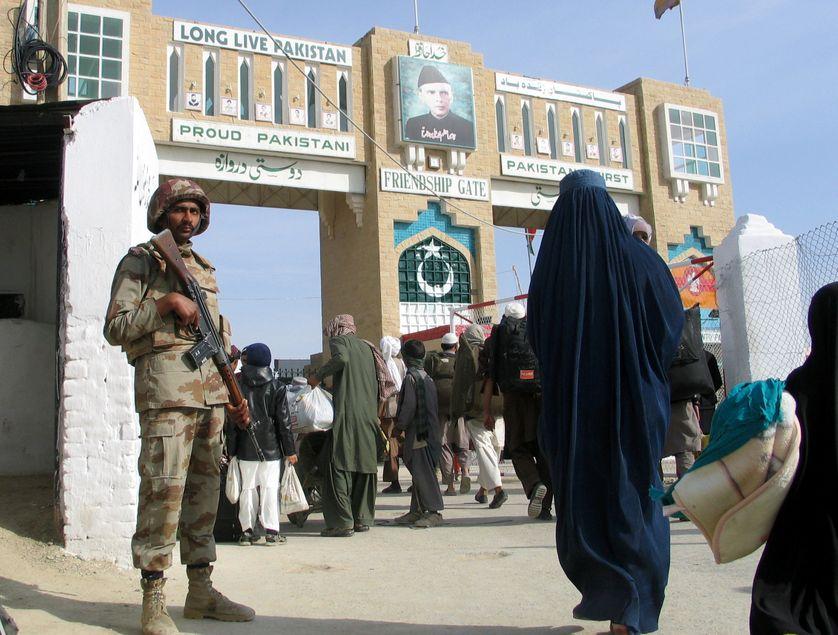 """Un soldat pakistanais à la """"porte de l'amitié"""" à Chaman, au Pakistan, un des seuls points de passage avec l'Afghanistan (fermé depuis début mai), le 7 mars 2017"""