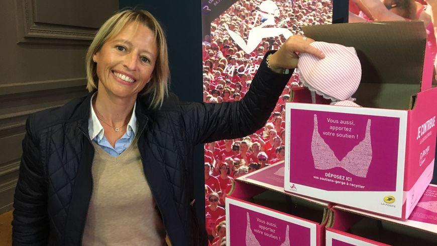 Nathalie Puyraimond de la Poste atteinte d'un cancer du sein en 2005 incite les femmes à apporter leur soutien.