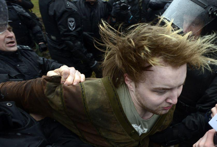 Arrestation par la police d'un activiste durant une manifestation anti-Poutine