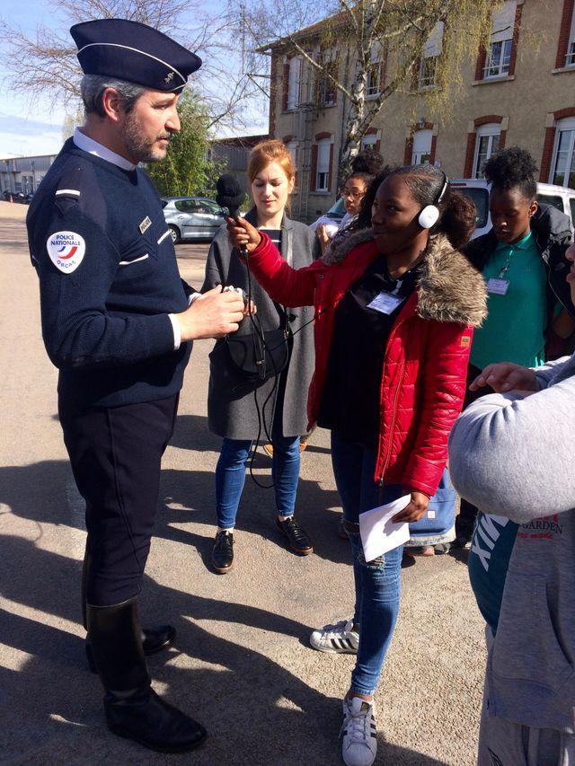Deborah en reportage à l'école de police de Sens