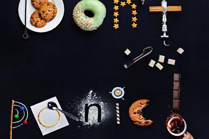 """""""Ne paniquez pas"""" - Inscription faite de bonbons et de jouets spatiaux, inspirée par le livre The Hitchhiker's Guide to the Galaxy de Douglas Adams. Informations"""