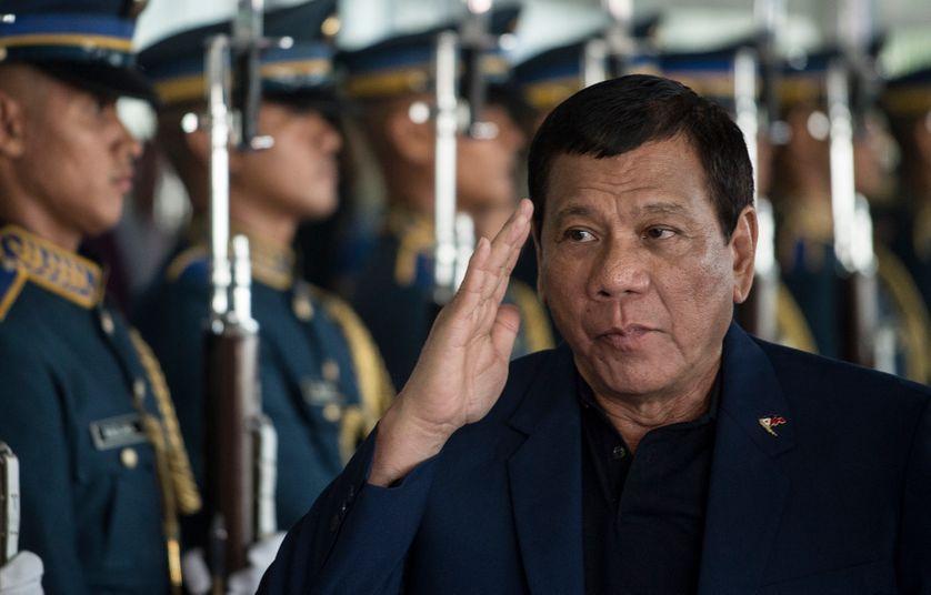 De retour d'urgence de Moscou, le président Roberto Duterte a annoncé hier qu'il proclamerait la Loi Martiale