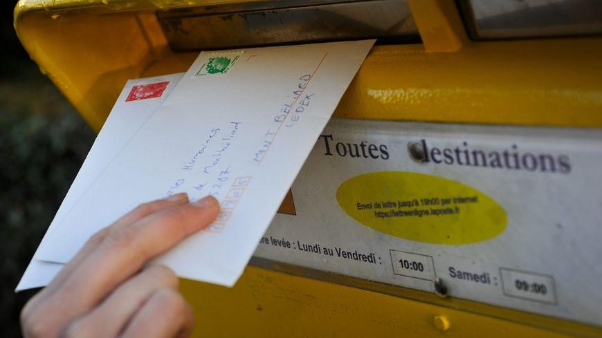 """La Poste rencontre des """"difficultés croissantes"""" selon 60 Millions de consommateurs, pour distribuer dans les temps ses lettres prioritaires, portant le timbre rouge."""