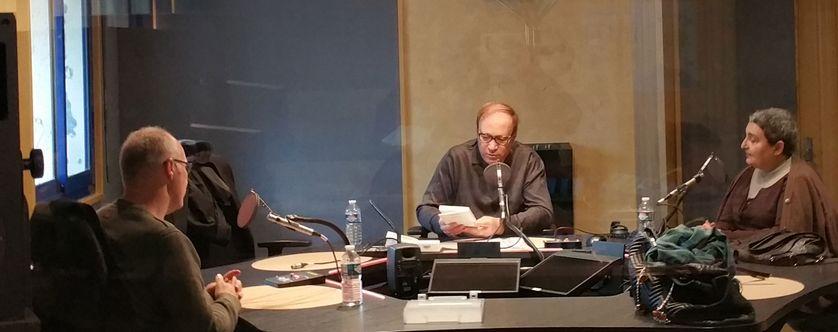 Au studio 132, pendant l'enregistrement de l'émission : Myriam Bouregba, Ghaleb bencheikh et (de dos) Slimane Rezki