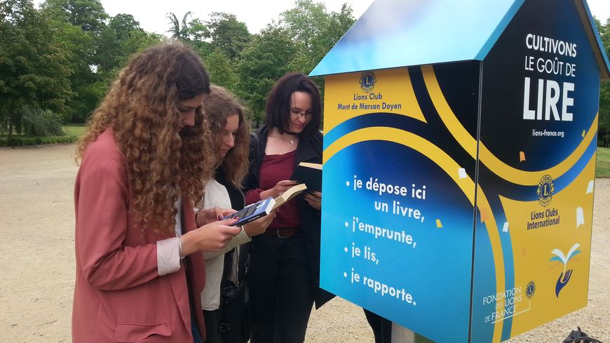 Ces lycéennes montoises découvrent la boite à livres installée à l'entrée du parc Jean Rameau à Mont de Marsan
