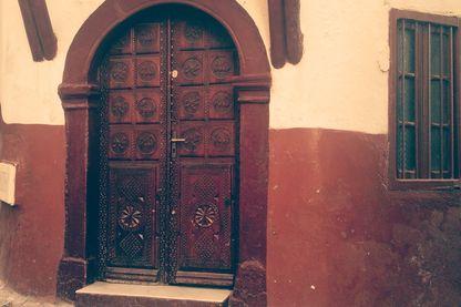 Porte ornée de la mosquée de la casbah d'Alger