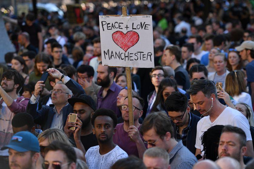 Veillée émouvante, hier soir, à Manchester, au lendemain de l'attentat-suicide, revendiqué par Daech, qui a fait 22 morts et 59 blessés, dont des enfants