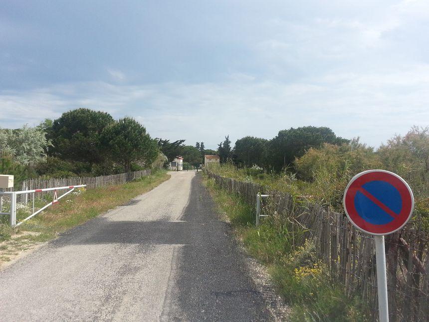 Au bout de cette route, le site de l'Otan, terrain clôturé de 20 hectares.