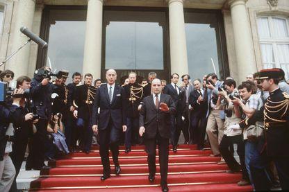Passation de pouvoir au Palais de l'Elysée, le président élu François Mitterrand raccompagne son prédécesseur Valéry Giscard d'Estaing - 21 mai 1981