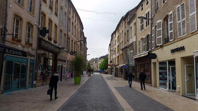 Une rue piétonne et commerçante de Thionville, déserte en pleine journée et au milieu de la semaine