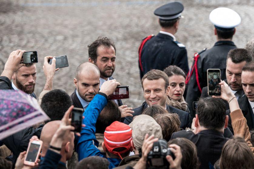 Emmanuel Macron investi à la rencontre du public sur les Champs-Elysées