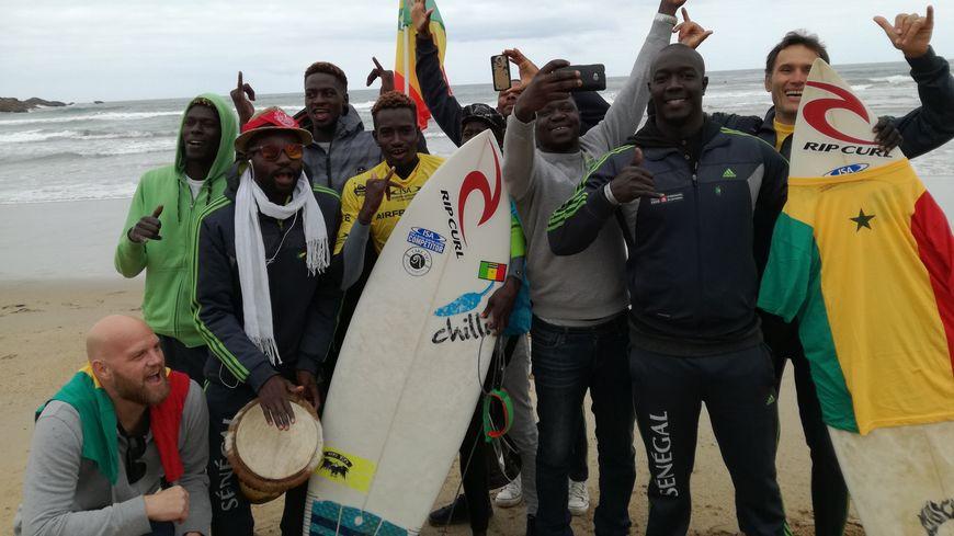 Toute l'équipe du Sénégal fête Thierno Sambe, 2e qualifié de son pays pour le 2e tour des Championnats du Monde à Biarritz