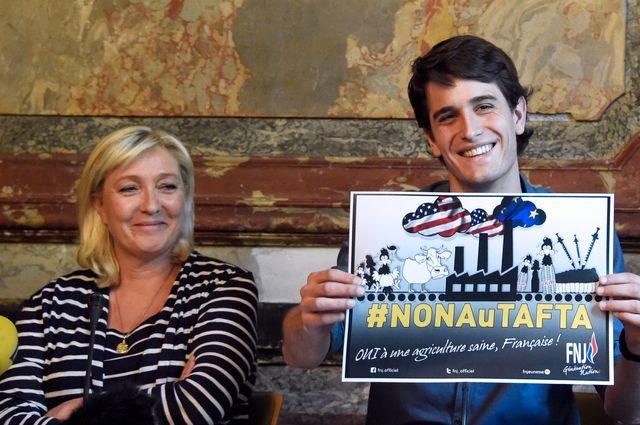 Conférence de presse de Marine Le Pen avec Gaetan Dussausaye responsable du FN Jeunes en mai 2015