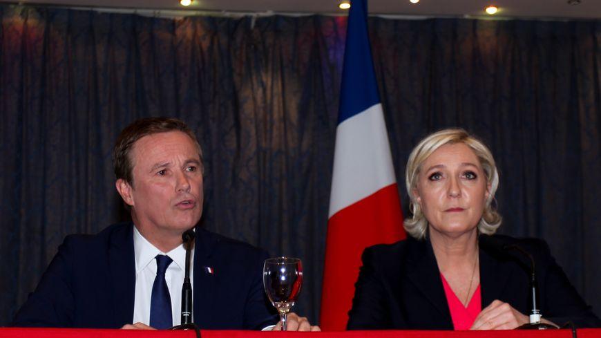 Nicolas Dupont-Aignan aux côtés de Marine Le Pen le 29 avril, jour de l'annonce de leur alliance pour le second tour