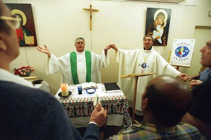 Nantes 08/07/2000, Célébration d'une messe à la prison de nantes par Mgr Soubrier, évèque de Nantes et Mr Hamon Aumônier de la prison.