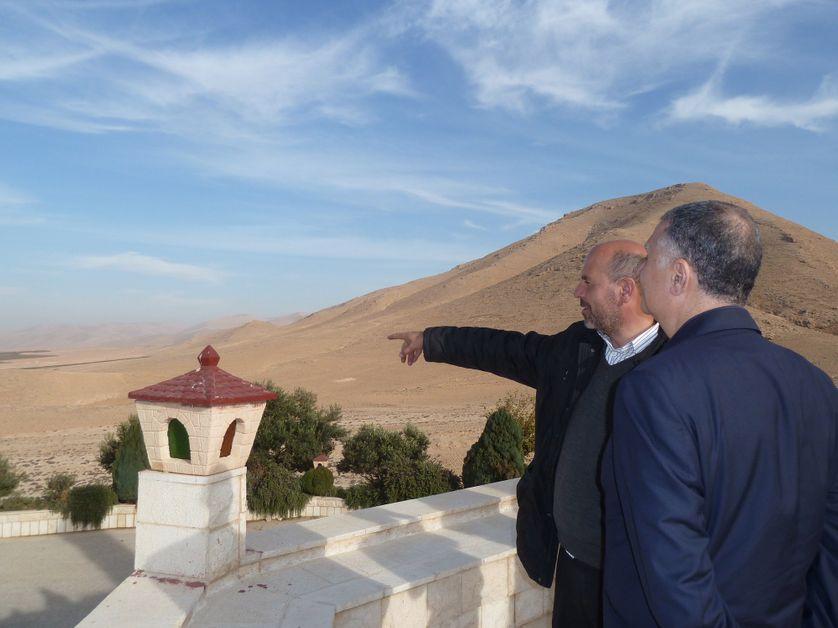 Devant la plaine de la Bekaa, Fouad Abou Nader aide les chrétiens du Liban à demeurer sur leurs terres ancestrales.