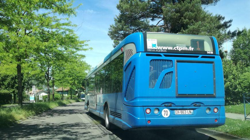 Un bus de la CTPM descent de la Petite Hollande à Montbéliard