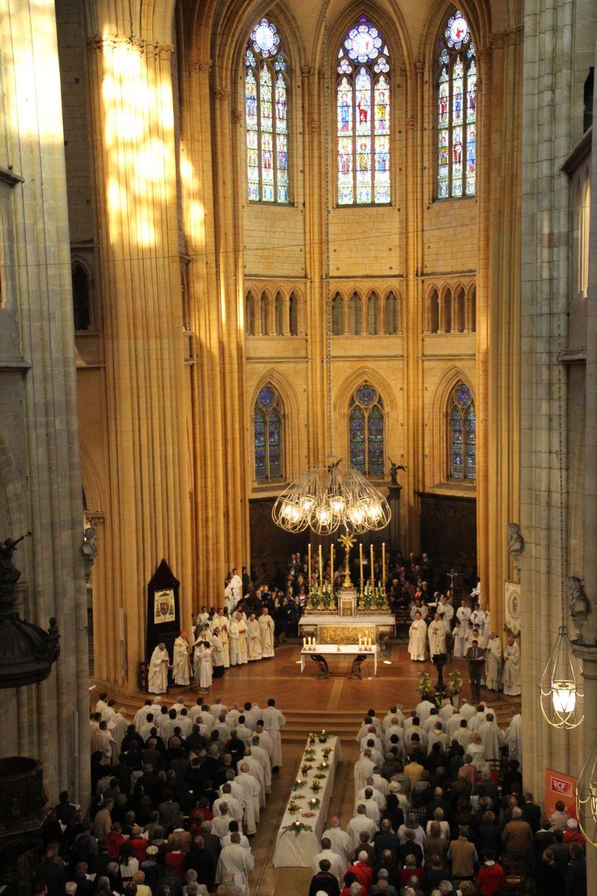 intérieur de la cathédrale saint-bénigne à Dijon