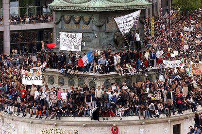 Personnes brandissant des affiches anti-Le Pen, le 1er mai 2002 place de la Bastille à Paris, lors de la traditionnelle manifestation du 1er mai, regroupant les syndicats et de nombreuses organisations politiques appelant à voter contre le FN
