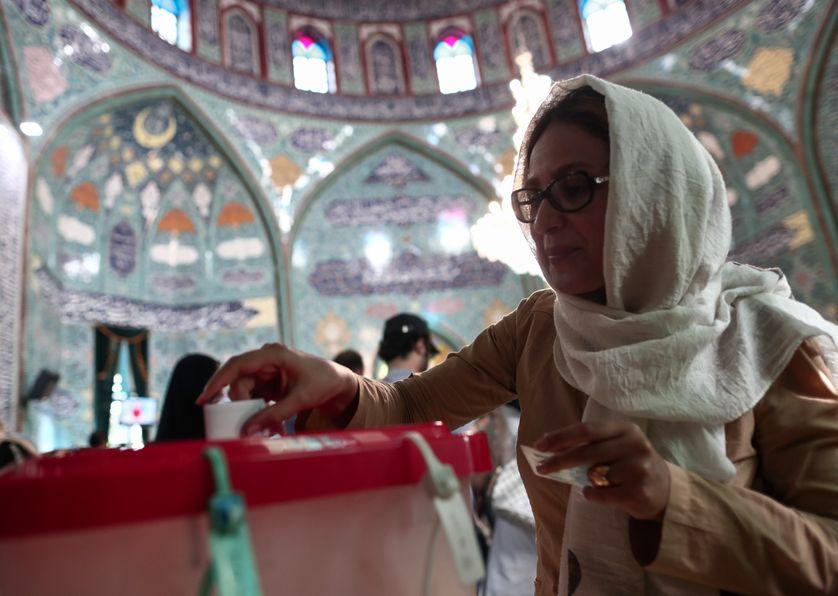 Une Iranienne vote à Téhéran pour l'élection présidentielle, le 19 mai 2017.