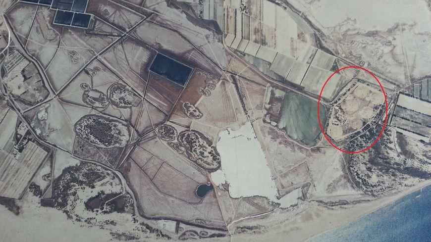 Les six cuves semi enterrées du dépôt se situent à moins de 500 mètres de la plage de l'Espiguette